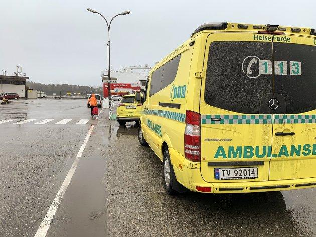 AMBULANSE: Utrykkingskøyretøy parkerte på Fugleskjærskaia i Florø. I Kalvåg vil Helse Førde ta bort ambulansen.