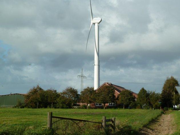 GARDSTUN: Eit bilde frå Nederland med vindturbin og høgspentlinje.