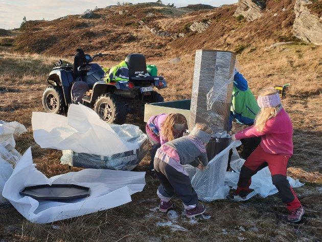 HJELP: Viktoria, Tiril og Martine hjelper til.