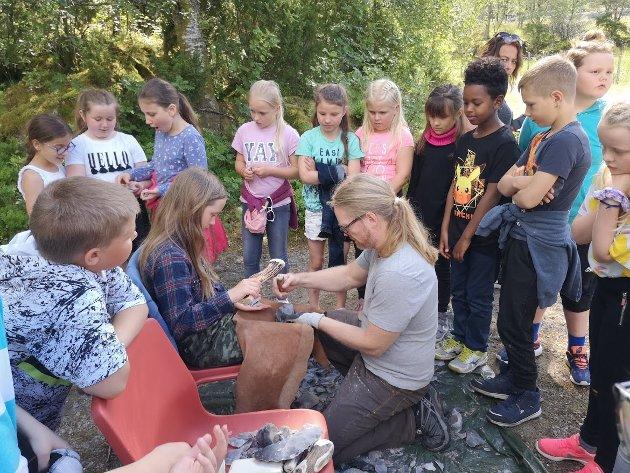 Morten Kutchera underviser elevane i flinthogging på Steinalderskulen i Ausevik