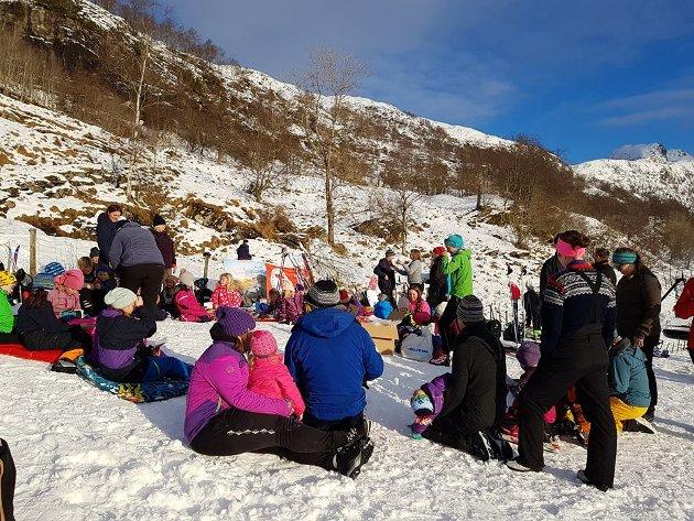 100 var samla i Rivedal til skileik og aking.