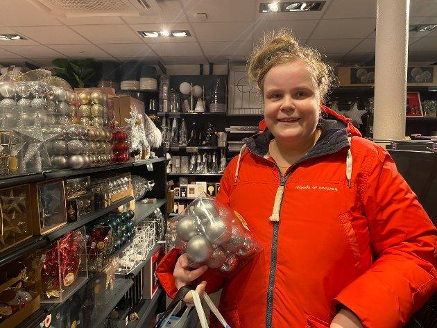 JULEKULER TIL MORMOR: Therese Søbøe (22) var på jakt etter julekuler til mormora si: – Julekulene plar å ramle ned frå treet hennar kvart år. Difor må eg stadig kjøpe nye til henne, seier ho.