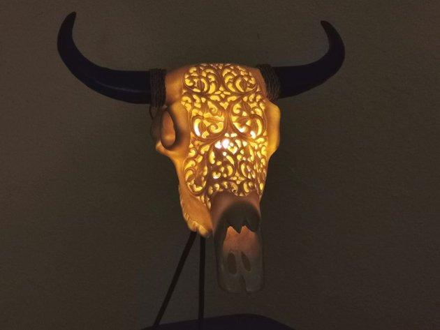 MAKABER LAMPE: Den kjennest ut som plast. men eg er heilt sikker på at det er ein ekte dyreskalle frå dei mørke skogane på Bali.