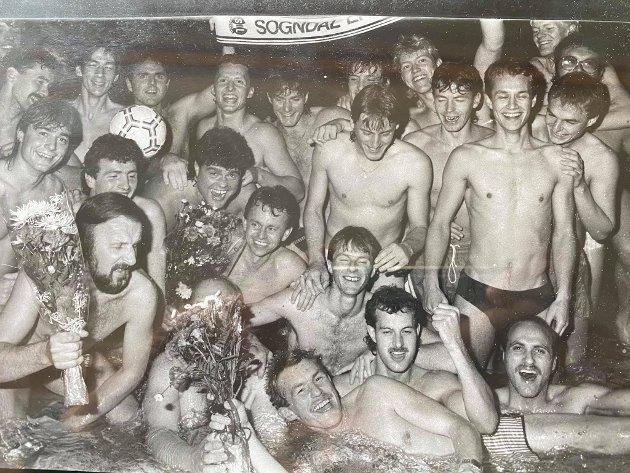FEIRING: Her frå lukkelegare tider, der Helge Strypet og Jan Inge Fardal (nr to og tre i midten frå venstre) feirar Sogndal sitt opprykk i 1987.