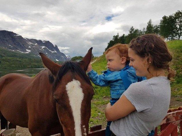 Isak og Milla med hesten ved barnehagen.