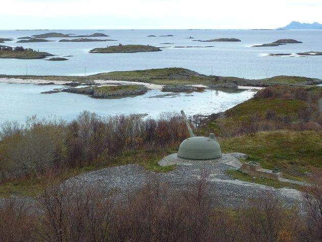 Meløyvær fort utanfor Harstad var eit nybygd topp moderne norsk kystfort til ein milliard kroner, og stod ferdig i 1989. Fortet vart nedlagt i 2002, freda av Riksantikvaren i 2013, og er no gjort om til ein turistattraksjon.
