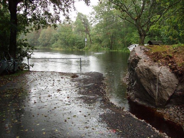 Ferskt eksempel: Etter regnværet tirsdag ble parkeringsplassen ved Foten igjen oversømt av vann.