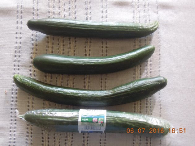 De tre agurkene som ikke er pakket i plast er dyrket i Sarpsborg og kjøpt i butikk som ikke er med i en kjede. De smaker som agurker skal. Den i plast får svare for seg selv i butikken, skriver Terje Wilhelm Johannessen.
