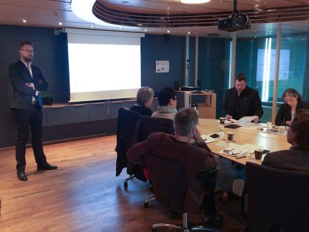 Revisor Anders Svarholt i kommunerevisjonen informerte kontrollutvalget om de mange funnene i teknisk etat i april 2015. (Arkivfoto: Ellen Ophaug)