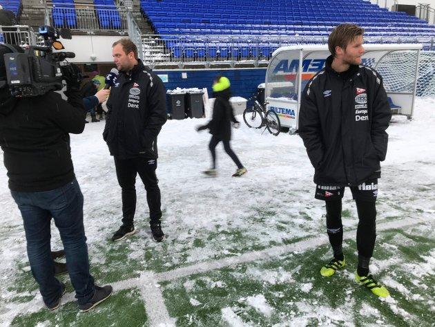 Kun tristesse: Trener Alexander Olsen (til venstre) og kaptein Ulrik Flo var langt nede etter stortapet mot Tromsdalen. Her kommer Jon-Andreas S. Johansen med sin medisin for klubben.