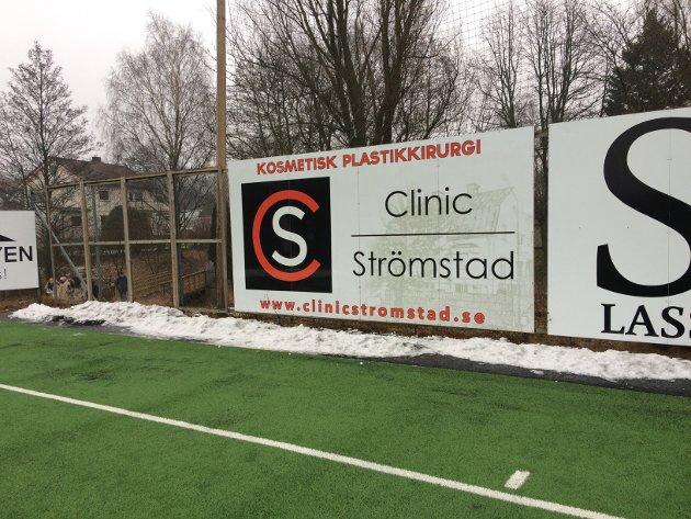 Skiltet med reklame for en klinikk i Strømstad har stått der i seks år. Det har kommet én klage før Bymiljølista tok det opp, forteller Anders Arvesen.