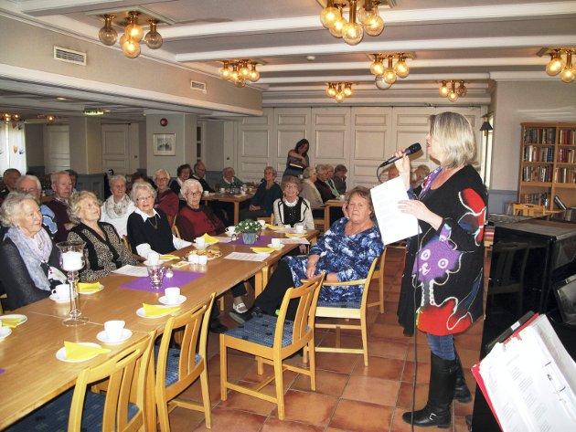 Allsangkveld: Anne Lill Adamsens Reff synger for de fremmøtte på «Edel Aargang» ved et tidligere arrangement på Holmen eldresenter.