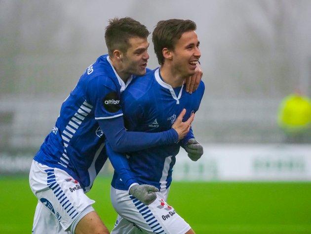 Anders Trondsen jubler for 1-0 og blir gratulert av Joachim Thomassen. FOTO: Thomas Andersen