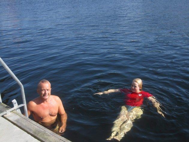 Gikk i vannet: Knut Storberget og Mona Vauger gikk i vannet under sitt valgkampfremstøt på Skjærhalden onsdag. Wiggo Sørlien kaller det mageplask.