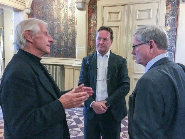 – Skatt Øst- og varslersaken stinker, og de ansvarlige er ikke bare én mann, skriver MDGs Henning Aall (til venstre). På bildet diskuterer han med granskningsleder Per Arne Damm (midten) og setterådmann Nils Holm etter et møte i formannskapet.