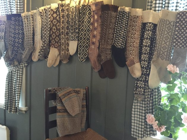 Strikkehistorie: – Hver jul og til 17. mai fikk vi noe nytt, for det meste omsydd og strikket om, men det var jo nytt for oss, sa farmor da hun fortalte om barndommen sin. Dette bildet er fra Annemor Sundbø utstilling under Strikkefestivalen i Gamlebyen.