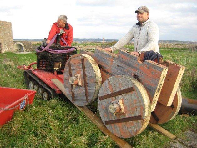 Arbeidet med å restaurere lavettene på festningsholmen på Akerøya er et resultat av samarbeidet mellom Hvaler kommune og kulturvernforeningen