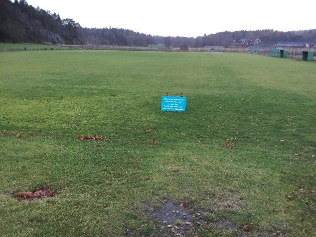 Kråkerøy IL har ventet at kunstgresset på hovedbanen (tidligere gressbane) skulle bli klart til årets sesong. Det blir forsinktet etter at politikerne ønsker ny anbudsrunde for å få et mer miljøvennlig dekke.  Arkivbilde: Henrik Simensen