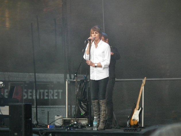 Fantastisk atmosfære. Kari Bremnes trivdes på scenen hos Hvaler Gjestgiveri, og synes at det ble en fantastisk atmosfære på Hvaler Gjestgiveri fredag kveld.
