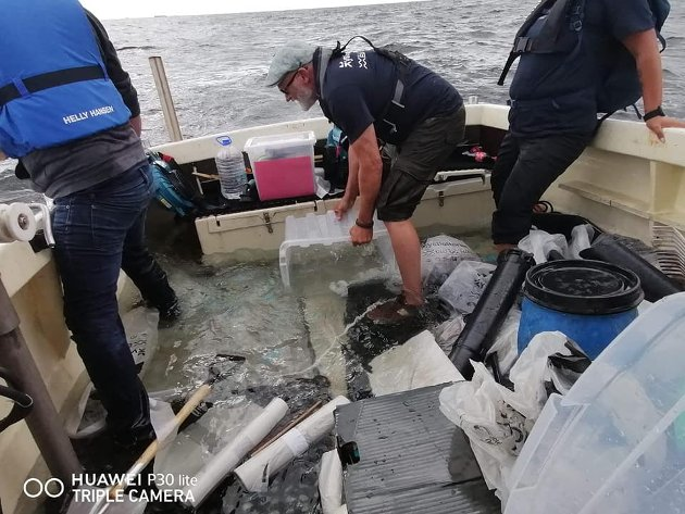 MÅTTE ØSE: Sten Helberg og de andre om bord i sjarken øste for livet, men måtte til slutt innse at sjarken ville synke. Heldigvis kom alle fra det uten skader.