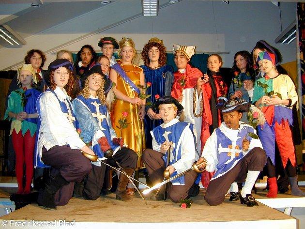 """Teatergruppen """"Teaterspira"""" setter opp forestillingen """"De Tre Musketerer"""" på Spetalen skole: De 17 skuespillerne i teatergruppen har en gjennomsnittsalder på 14 år.  Foto: Amund Lågbu, 11.02.2001"""