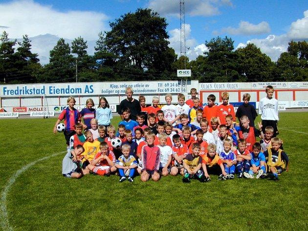 Om lag 50 unger deltar på FFKs fotballskole på Fredrikstad stadion: Gruppebilde med ledere. Foto: Tor Fredrik Sparre-Enger, 06.08.2001