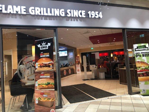 FAMILIEVENNLIG: Burger King Narvik går, i motsetning til sine Burger King andre steder, for å være familierestaurant fremfor å mette sultne mager nattestid i helgene. Synd, mener mange, men folkets mening er ikke noe burgerkongen trenger å bry seg nevneverdig om: Burgerkongen holder åpent når burgerkongen selv behager det.