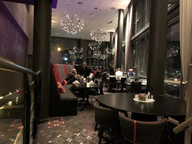 KOSELIG: Bortenfor hotellresepsjonen og ned en liten trapp, gjemmer Tind restaurant seg – litt for lett å glemme for byens lokale gastronomer.