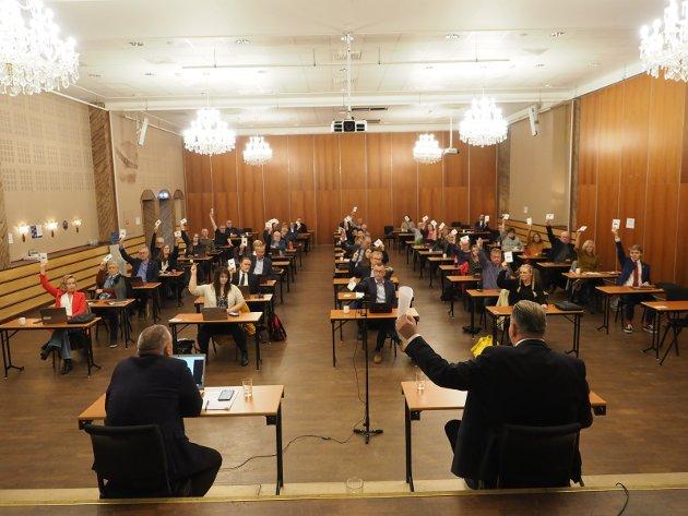 STERK STØTTE: Da kommunestyret i Narvik tirsdag behandlet spørsmålet om en fusjon mellom Nordkraft og Hålogaland kraft var det et stort flertall som rakte hånden i været og stemte for en fusjon. Kun Rødts ene representant stemte imot. FOTO: Terje Næsje