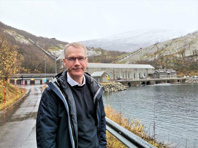 Forfatteren ved Glomfjord kraftstasjon