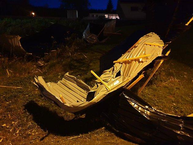 BLÅSTE VEKK: Et blikktak blåste av en garasje på Ankenes og ble liggende i en skråning rett ved bussholdeplassen på Nyborg.