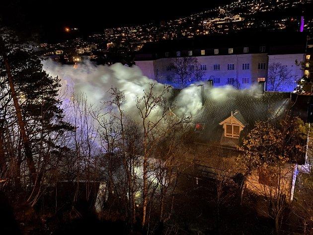 Det var kraftig røykutvikling fra taket på den gamle barnehagen.