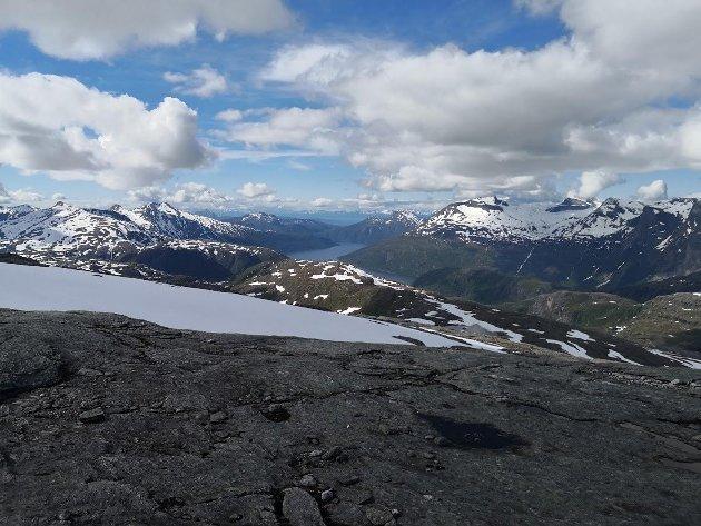 Bildet er tatt fra vel 1000 m høyde i juli i fjor. Tverrelvhalsen midt i bildet. Til venstre skimtes noen av vindturbinene i Sørfjord Vindkraftverk. I bakgrunnen fjorden.k