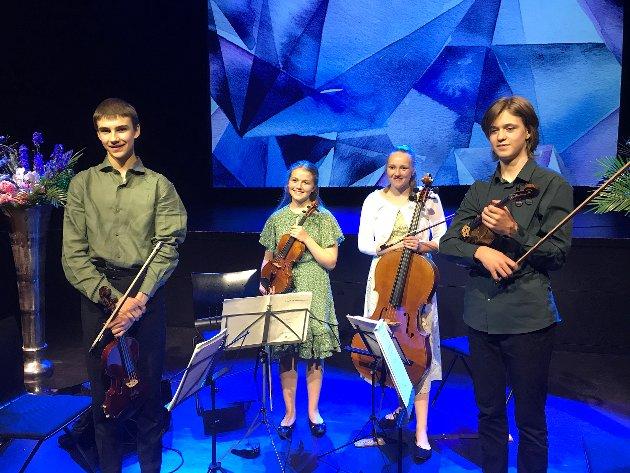 Blå safirer: Kvartett Saphir gå en strålende lunsjkonsert torsdag. De fire unge Oslo-baserte musikerne skulle vært her under VU, men besøket ble utsatt til denne uken, og flyttet fra biblioteket til inn i Teatersalen. Kvartetten er en musikalsk edelsten som imponerer med sitt samspill.