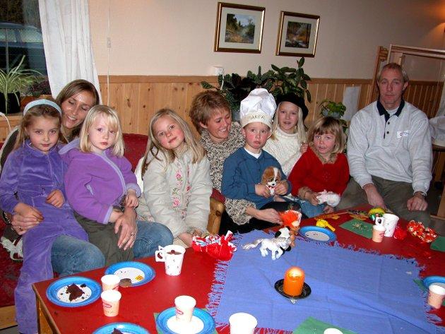 GODT FORMÅL: Barna i Bassengbakken barnehage hadde i 2003 funnet fram en gave i lekekassa si som de ønsket å gi til inntekt for SOS-barnebyer. Dessuten har de den siste tiden laget forskjellige ting i barnehagen som sammen med lekene var gevinster i en stor utlodning i forbindelse med at foreldrene var invitert til foreldrekaffe torsdag. Dessuten var det kiosk til inntekt for det gode formålet.  (Ikke alle var visst like glade for å gi fra seg en gave, selv om formålet var godt.) (Arkivfoto)