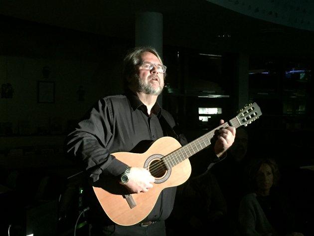 PREMIERE: Lars Thyholdt fikk publikum med seg i biblioteket.