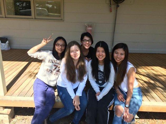 SKILLES SNART: Bildet er tatt under felttur i økologi. Her er Amanda sammen med venner fra økologiklassen.