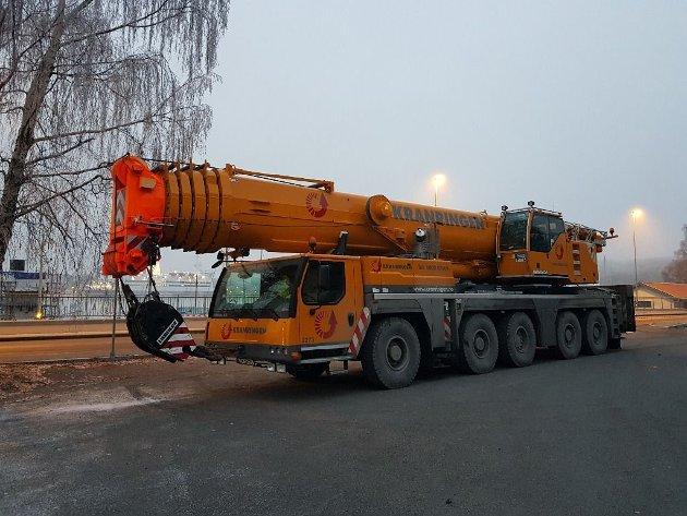 Krana som skulle utføre løftet, en LIEBHERR LTM 1220 - 5.2 med en egenvekt på hele 60 tonn!