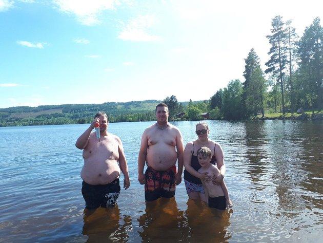 Jan Olav Granlund, Trond Arne Stabbråten, Katrine Sæther og Liam Renè Sæther har tatt årets første bad på Bæreia.