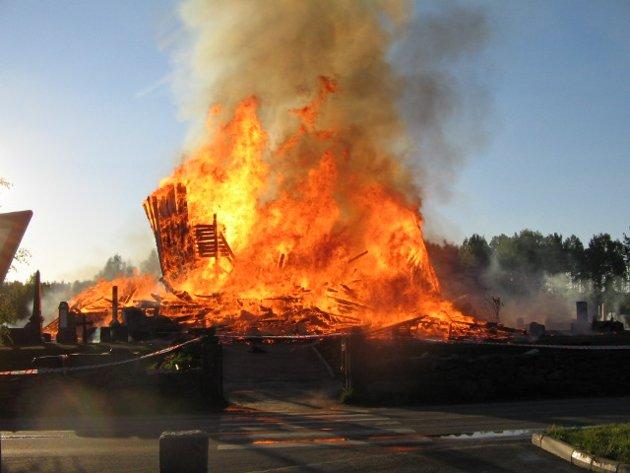Våler kirke brant ned til grunnen i natt. Brannen ble oppdaget på yttersiden av kirken, på trappa inn i sakristiet.  Brannvesen og frivillige fikk reddet ut mange uerstattlige gjenstander fra kirkerommet før kirken ble overtent og brant helt ned.