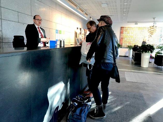 HER ER VI: Tor Welo er lommekjent i NRK-huset, keyboardisten og vokalist Kjetil Foseid melder seg først i resepsjonen før opptak hos Lindmo.
