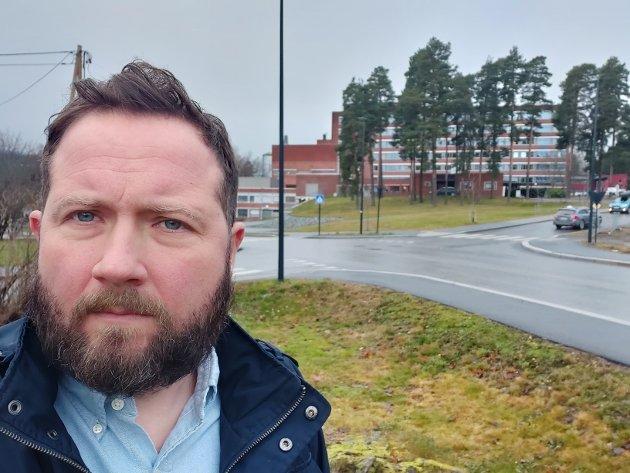 BEKYMRET: Morten Igelkjøn er nabo til sykehuskrysset, og mener at det har blitt et ulykkeskryss uten like. Nå frykter han for de myke trafikantenes sikkerhet. Foto: Privat