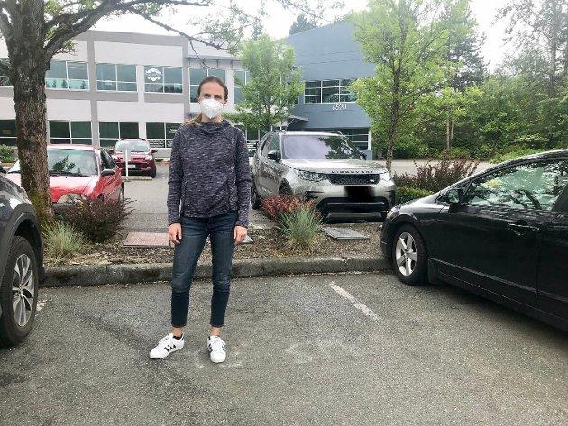 - Pasienter med mulig Covid-19 ble sjekket her ute på parkeringsplassen foran kontoret for å forhindre mulig smitte, sier Jenny Ringnes, som i jobbsammenheng alltid brukte ansiktsmaske. Foto: Privat
