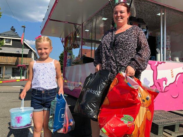NY SKOLESEKK:  Maren Sofie Ensrud (7) og mamma Gitte fra Gjesåsen ordnet seg ny skolesekk til skolestart, og litt godis til senere på kvelden.