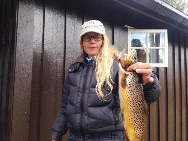 Fjellfisk: Randi Bjørgeengen er i gang med sesongen på Kvamsfjellet. Denne ørreten, tatt på mark, veide én kilo.
