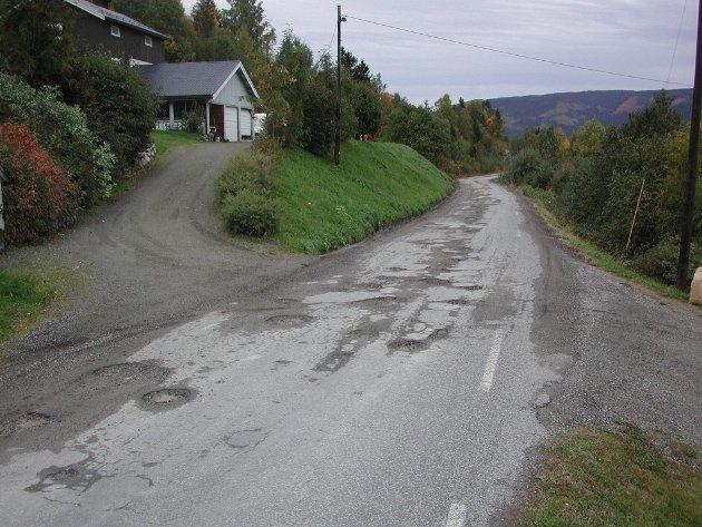 VEDLIKEHOLD: Vedlikeholdsansvaret av veger må være en del av alle planer for utbygging, mener innsenderen. Bildet viser fylkesvegen sørover fra Fåvang.
