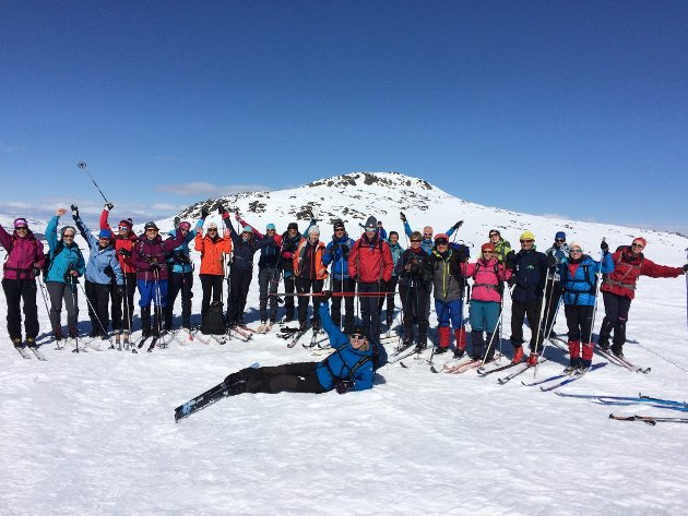 TOPPTUR: 29 personer var med GD og DNT til topps på Rasletind søndag 15. mai. Turen startet med sol og en del vind. Men vinden løyet og det ble en fantastisk dag.  Ole Bratlien fra DNT var turleder.