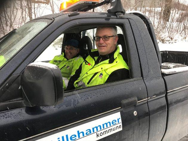 Trygve Martin Foss (foran) og Håvard Forset fra Lillehammer kommune var med da VanskeligTrefelling AS saget seks trær i alleen i Bryggevegen.