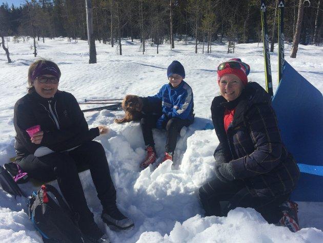 Heia, heia! Ruth Nyhus Furuseth (t.v.), Snorre Furuseth (10), hunden Buck (5) og Randi Nyhus Hoff, alle bosatt på Lillehammer, var heiagjeng ved Kubruveita. Randis mann, Morten Erik Hoff og sønnen Einar Hoff (17) gikk Birken. Sønnen gikk raskere enn far...