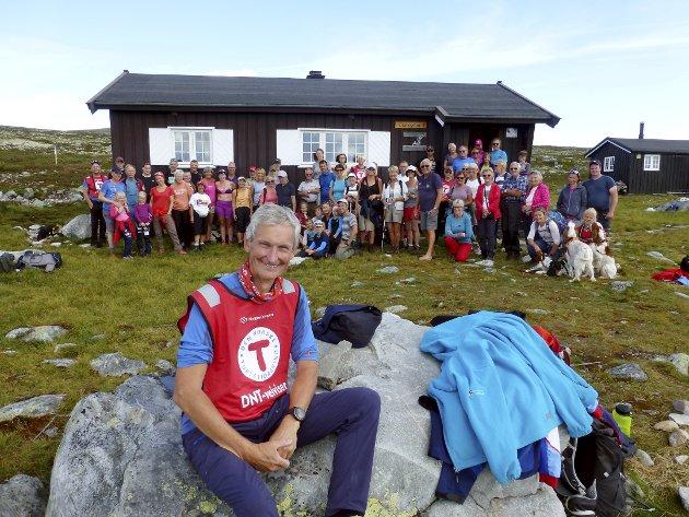 GENERAL PÅ TUR: Generalsekretær i DNT, Nils Øveraas med turfølget ved Gråhøgdbu på Venabygdsfjellet i helgen